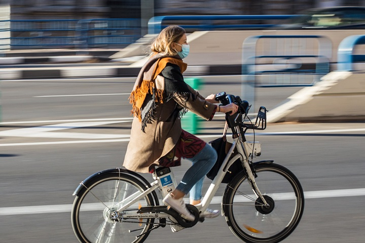 Green commuting - Lady travelling in city